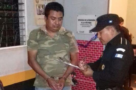 Félix Estuardo Cuxum Sarpec, de 40 años, fue aprehendido en Chiquimula cuando conducía un camión con gallinas de contrabando. (Foto Prensa Libre: Víctor Gómez)