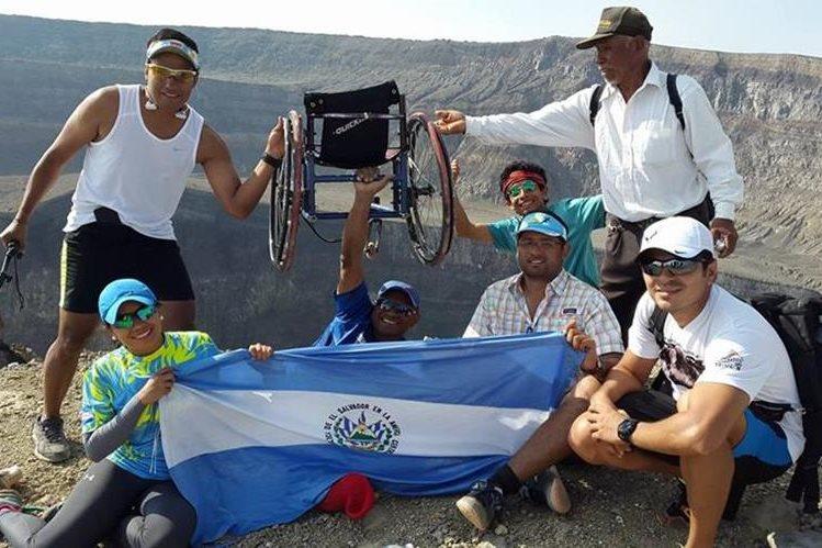 JC Pérez posa junto al grupo de personas con las que ascendió el volcán Santa Ana en El Salvador el fin de semana. (Foto Prensa Libre: Facebook)
