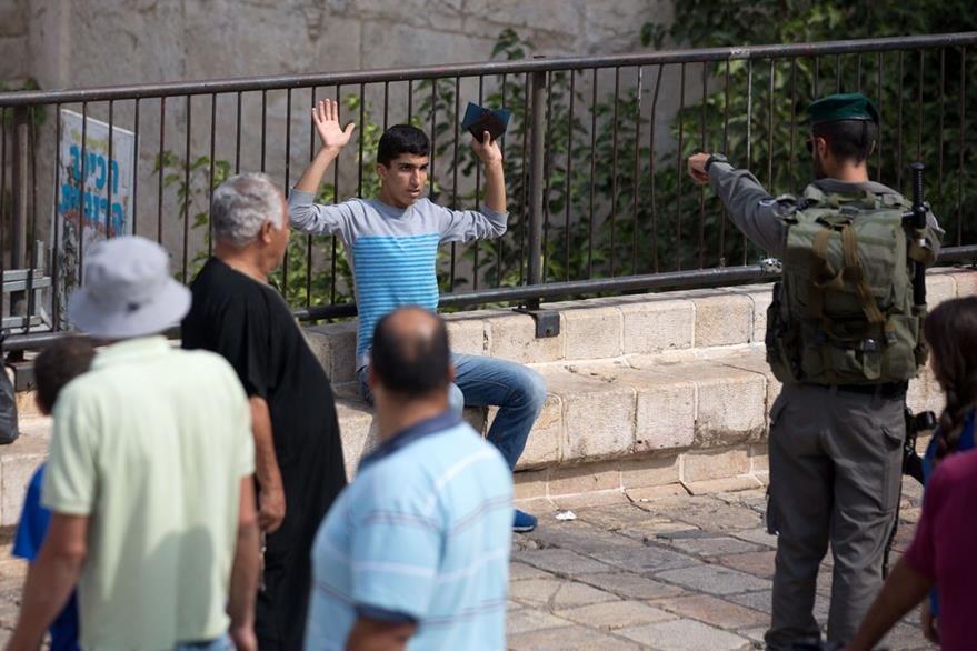 La tensión sigue en Israel, un joven palestino es requisado por oficiales de la Policía de Israel. (Foto Prensa Libre: AFP).