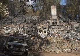 Los voraces incendios consumen todo a su paso. (Foto Prensa Libre: AP)