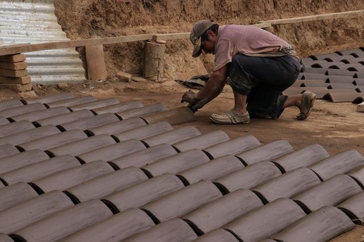 Efraín Ixlá, lleva 40 años de elaborar teja y ladrillo, en el Tejar, Chimaltenango. (Foto Prensa Libre: Víctor Chamalé)