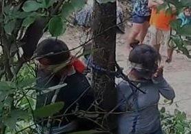 La mujer y sus hijos fueron acusados de robar automóviles. (YouTube).