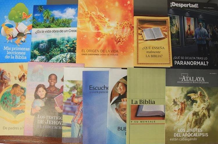 Estas son algunas de las publicaciones de los Testigos de Jehová. Las ediciones más difundidas son La Atalaya y Despertad. Foto Prensa Libre: Esbin García.