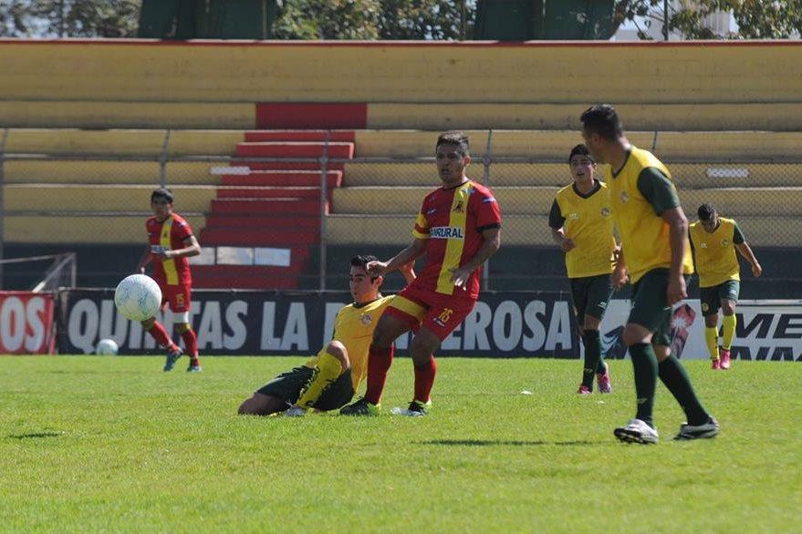 El duelo fue dominado por los Leones en el amistoso que se realizó en el Marquesa de la Ensenada.  (Foto Prensa Libre: Aroldo Marroquín)