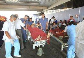 Los pacientes de la emergencia fueron evacuados al área frontal y parqueo, mientras bomberos extraen el humo generado por conato de incendio (Foto Prensa Libre: Antonio Jiménez)