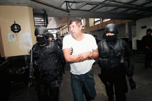 Manfredo Cordón es llevado a Torre de Tribunales en la capital, el día de su captura. (Foto Prensa Libre: HemerotecaPL)