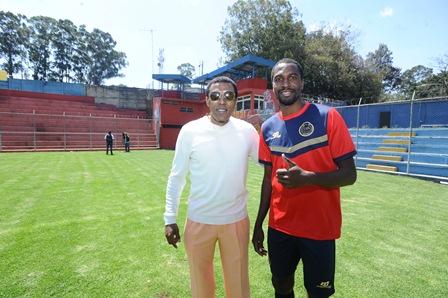Julián Arturo Vargas comparte con el defensa rojo Denniss López, durante la visita que realizó este jueves al estadio Manuel Felipe Carrera, para presenciar parte del entrenamiento. (Foto Prensa Libre: Francisco Sánchez).