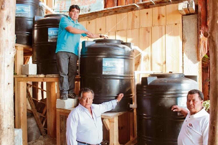 Promotores del proyecto muestran un filtro percolador de aguas servidas que funciona en un restaurante, en Panajachel, Sololá. (Foto Prensa Libre: Édgar Sáenz)
