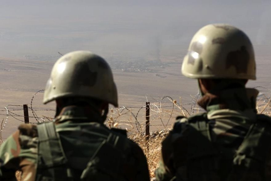 Dos soldados vigilan la región de Mount Zardak, ubicada a 25 kilómetros al este de Mosul. (Foto Prensa Libre: AFP).