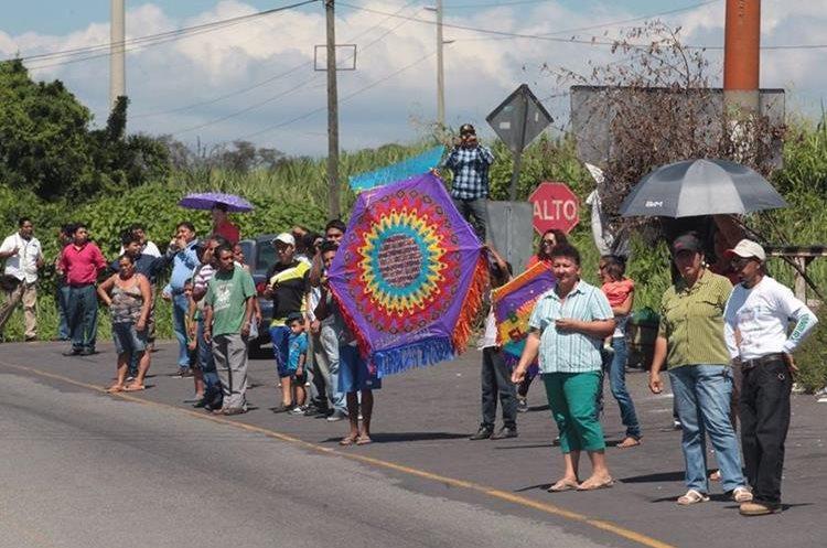 Guatemaltecos esperan en la orilla de la carretera el paso de la Vuelta Ciclística a Guatemala.