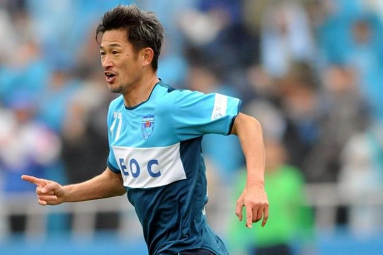Kazuyoshi Miura está dispuesto a darlo todo en una nueva temporada con su equipo. (Foto Prensa Libre: TheGuardian.Com)