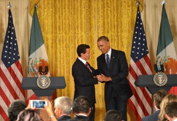 Enrique Peña Nieto (i) estrecha la mano de Barack Obama (d), en la Casa Blanca.(EFE).