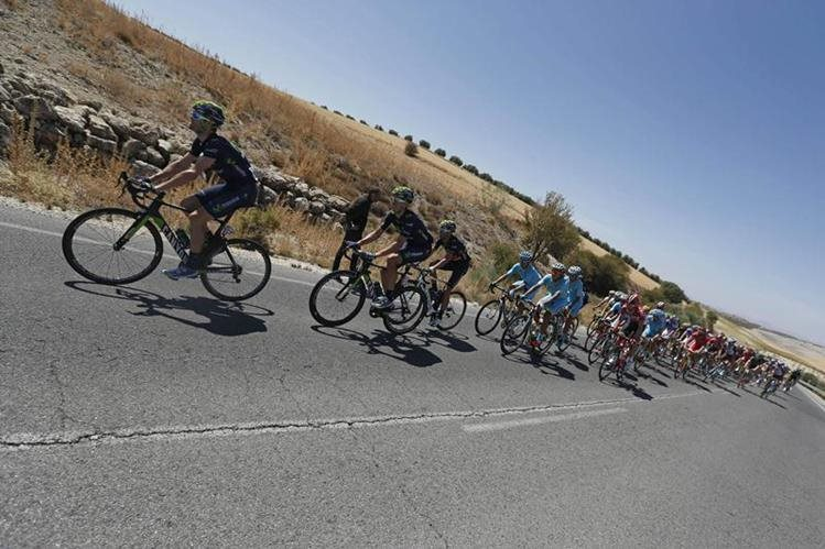 Un pelotón de ciclistas durante la etapa del viernes. (Foto Prensa Libre: EFE)