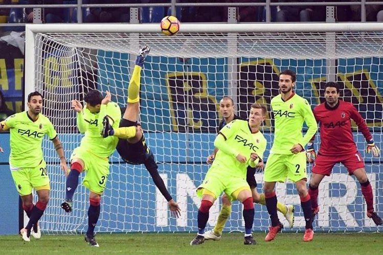 Jeison Murillo (c) de Inter anota un gol ante Bolonia durante el partido de la Copa Italia en el estadio Giuseppe Meazza. (Foto Prensa Libre: EFE).