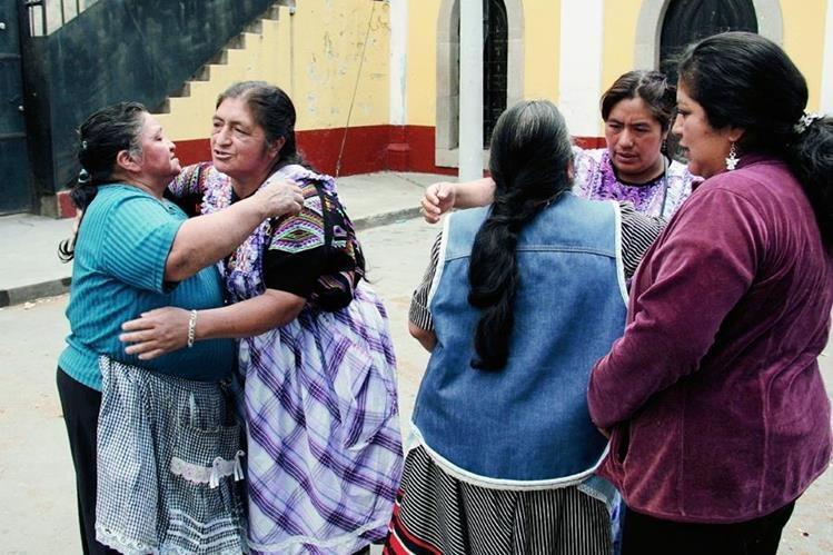 Familiares de recién nacido perdido en HRO exigen a las autoridades esclarezcan caso de bebé. (Foto Prensa Libre: Carlos Ventura)