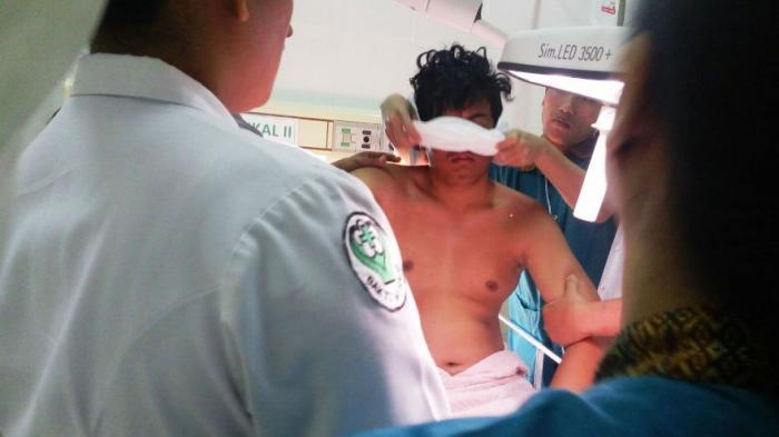 Un hombre es rescatado de un lago en Indonesia. (Foto Prensa Libre: tribunnews.com)