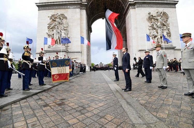 Emmanuel Macron (C) hace hores frente a la tumba del soldado desconocido. (Foto Prensa Libre:AFP).