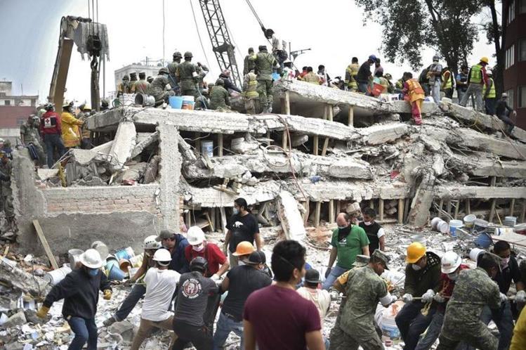 Rescatistas y voluntarios buscan víctimas debajo de los escombros por el terremoto de 7.1 grados en México el pasado 19 de septiembre. (Foto Prensa Libre: Hemeroteca PL)