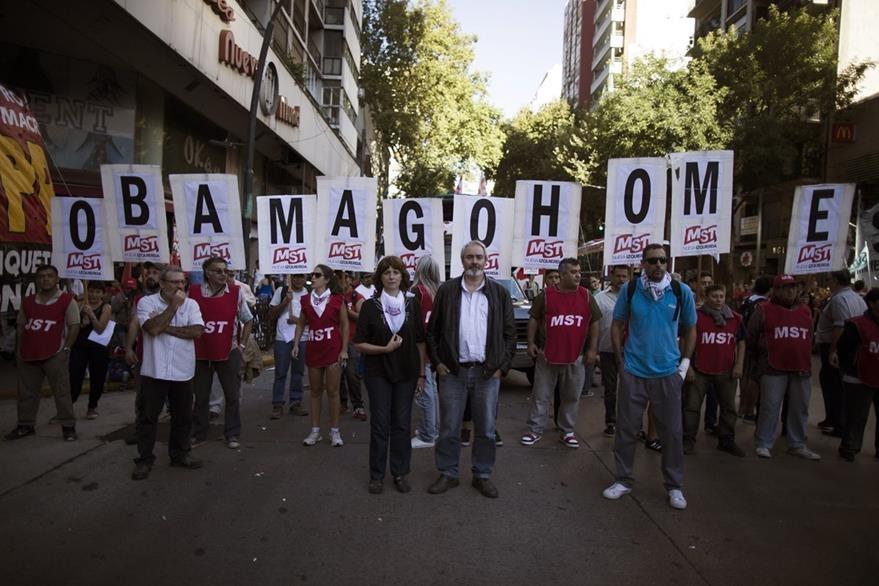 """""""Obama vete a casa"""", se lee en la pancarta de los manifestantes en Buenos Aires. (Foto Prensa Libre: AP)."""