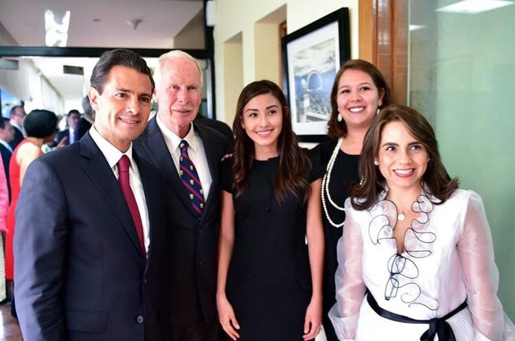 El alcalde capitalino Álvaro Arzú inmortaliza la visita del presidente mexicano. (Foto Prensa Libre:@PresidenciaMX)