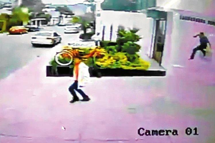En junio, la Secretaría de Bienestar Social difundió fotos del momento en que dos jóvenes escapan del Hogar Seguro ubicado en la zona 15. (Foto Prensa Libre: Hemeroteca PL )<br />