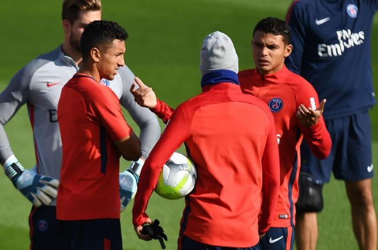 Thiago Silva amigo y compañero de Neymar, es uno de los jugadores que fue puesto en venta para cumplir el Fair Play Financiero. (Foto Prensa Libre: AFP)
