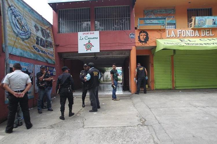 PNC y MP allanan negocio en el bulevar San Cristóbal, zona 8 de Mixco, por la muerte de las dos mujeres. (Foto Prensa Libre: Hemeroteca PL)