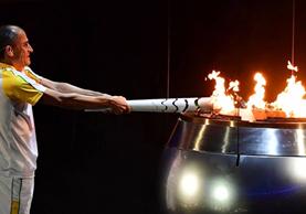 El exmaratonista Vanderlei Cordeiro de Lima encendió el pebetero de los Juegos Olímpicos de Río 2016. (Foto Prensa Libre: Hemeroteca PL)