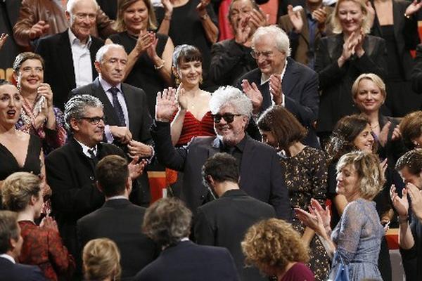 Amigos y personalidades celebran el triunfo de Pedro Almodóvar. (Foto Prensa Libre: AFP)