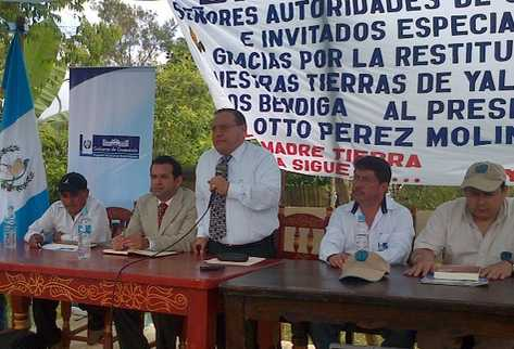 El acuerdo se firmó en un área rural de Chiapas, México, participaron autoridades de Gobierno y representantes de las 91 familias. Foto: Prensa Libre, Fontierras.