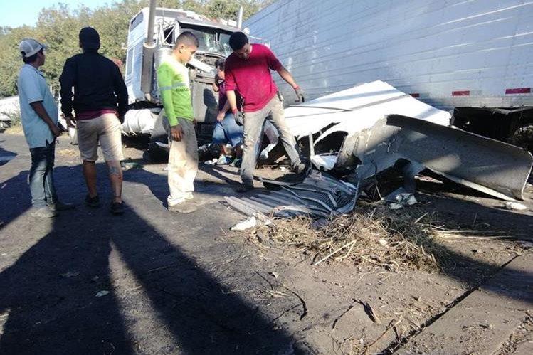 Automotor accidentado en la ruta al suroccidente. (Foto Prensa Libre: Enrique Paredes).