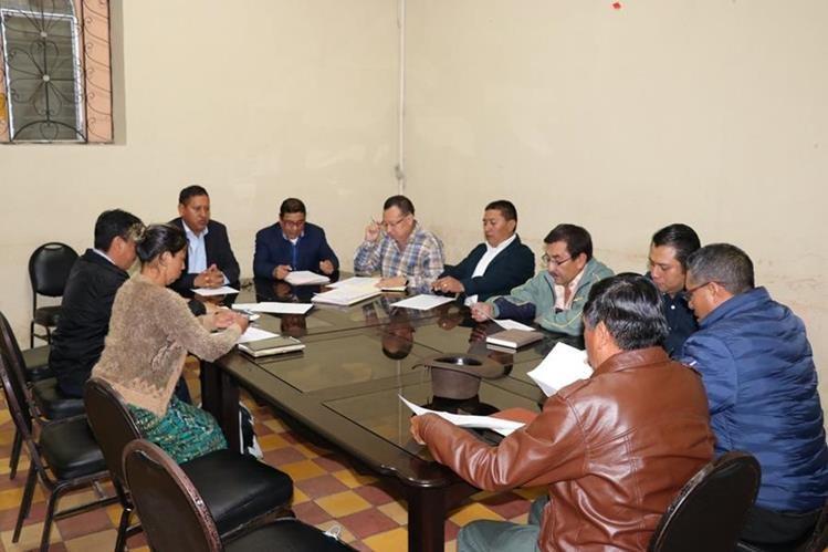 Concejo de Santa Cruz del Quiché reunido durante sesión ordinaria, en la comuna. (Foto Prensa Libre: Héctor Cordero)