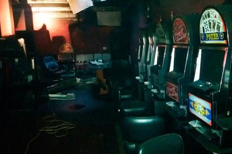 Los bomberos evitaron que se propagara el incendio hacia las áreas del casino donde hay juegos de azar. (Foto Prensa Libre: Whitmer Barrera)