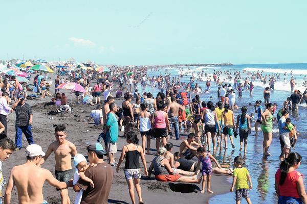 Playa pública de Puerto San José, es de las más visitadas por el asueto de Semana Santa. (Hemeroteca PL).