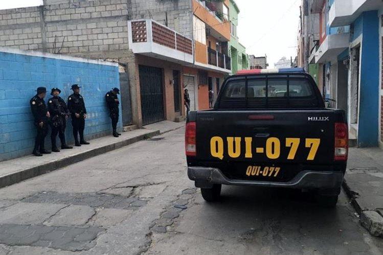 Agentes policiales resguardan una de las viviendas allanadas en Santa Cruz del Quiché, en busca de evidencias por el crimen contra una mujer. (Foto Prensa Libre: Óscar Figueroa)