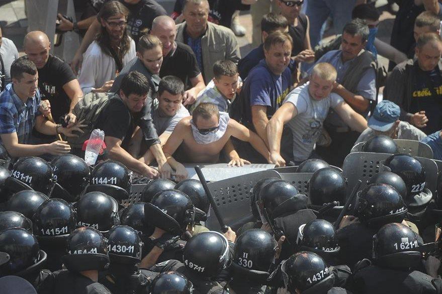 La Policía enfrenta a los manifestantes, inconformes porque el parlamento aprobó dar más independencia a los separatistas prorrusos del este de Ucrania. (Foto Prensa Libre: AP).