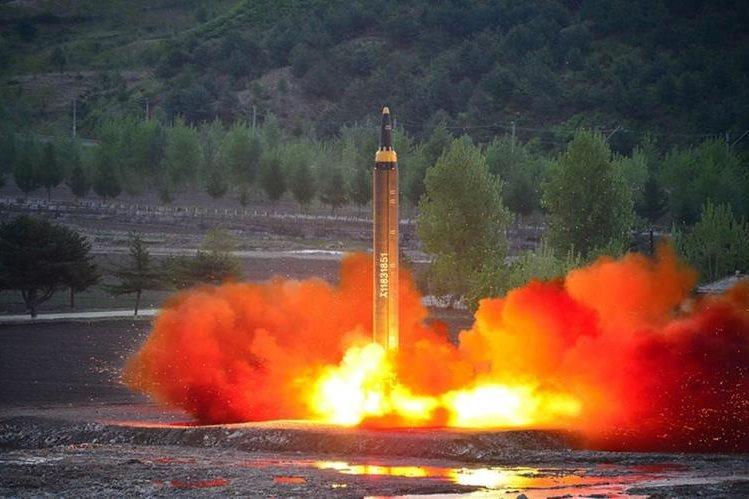 Uno de los últimos ensayos de misiles de largo alcance en Corea del Norte. (Foto Prensa Libre: AP)