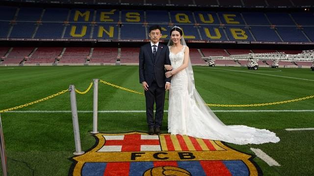 Liu Shutong y Liu Panqiu posan para las cámaras en la cancha del Camp Nou. (Foto Prensa Libre: FC Barcelona)