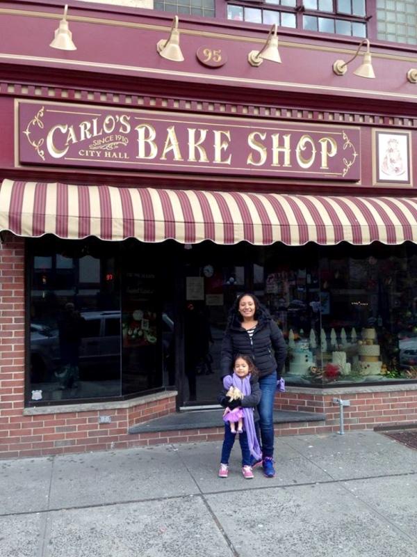 Una de las imágenes que compartió Claudia Rebeca Madrid Cerritos en las redes sociales, en la pastelería de Buddy Valastro, conocido como Cake Boss en la televisión. (Foto Prensa Libre: Facebook)