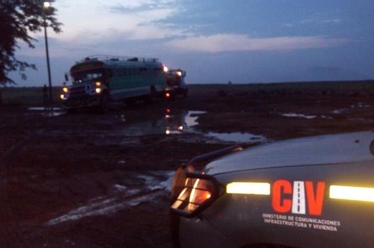 Movilizan bus que chocó contra piedra. (Foto Prensa Libre: Provial)