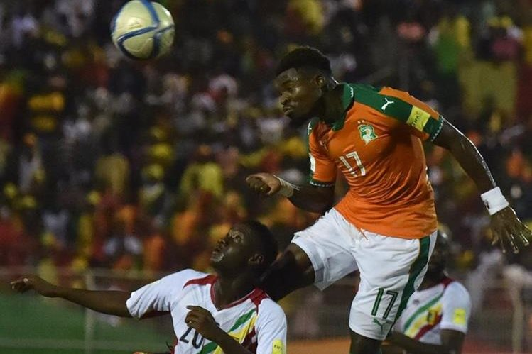 Serge Aurier (17) tuvo un loable gesto, en el partido de Costa de Marfil contra Mali, cuando evitó que un jugador rival se tragase la lengua al quedar conmocionado en un choque aéreo (Foto Prensa Libre: AFP)