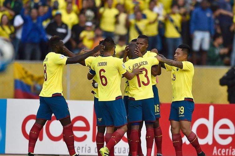 Antonio Valencia es felicitado por sus compañeros luego de anotar un gol para Ecuador en el duelo contra Chile. (Foto Prensa Libre: AFP).