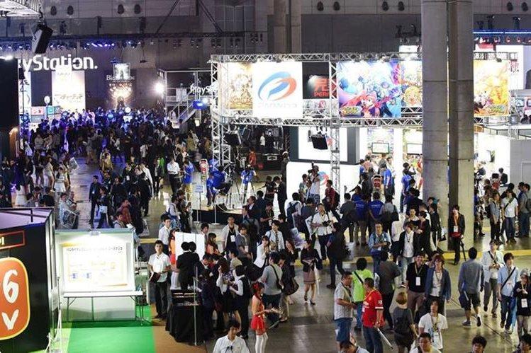 Millares de visitantes acuden al Tokyo Game Show 2015, donde se presenta una gran variedad de juegos y dispositivos virtuales de entretenimiento. (PL-AFP)