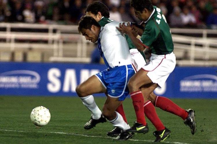 Carlos el Pescado Ruiz intenta quedarse con el balón ante la marca, en un juego contra México, en la Copa Oro del 2002. (Foto Prensa Libre: Hemeroteca PL)