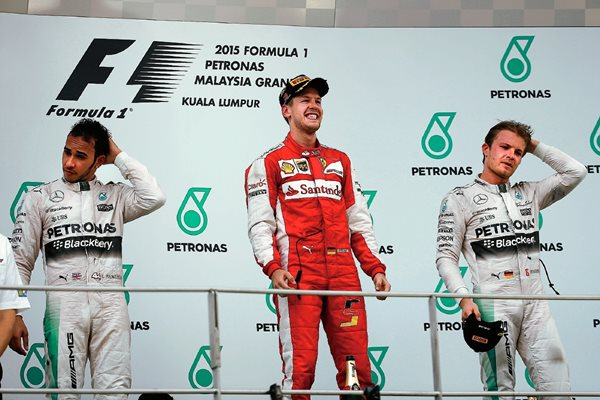 Sebastian Vettel, comparte el podio del GP de Malasia con  Nico Rosberg y Lewis Hamilton. (Foto Prensa Libre: AP)