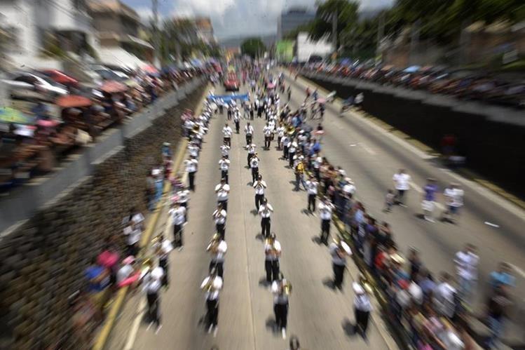 Con un colorido desfile este sábado iniciaron las celebraciones agostinas en El Salvador. (Foto Prensa Libre: AFP).