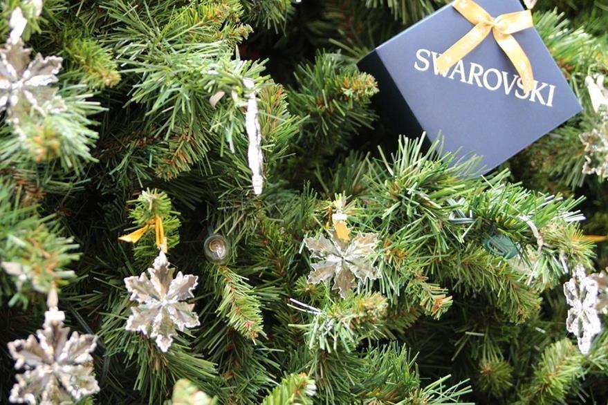 Los adornos navideños rodean el árbol. (Foto Prensa Libre: Cortesía)