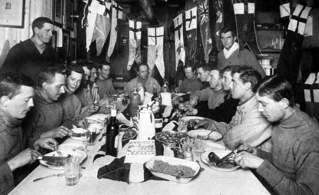 El capitán Robert Falcon Scott, sentado en el centro, con los acompañantes de la expedición a Antártica. PRESS ASSOCIATION