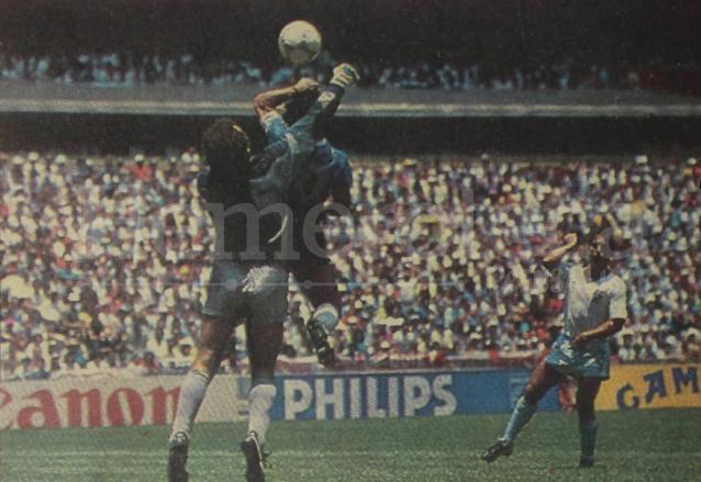 El histórico gol de puño de Diego Maradona captado el 22 de junio de 1986. (Foto: Hemeroteca PL)