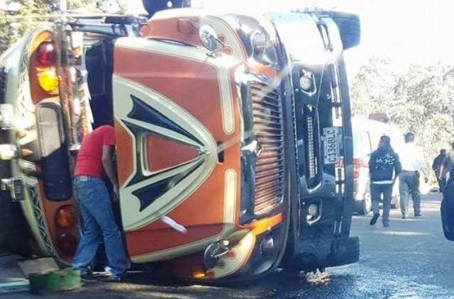 El percance vial causó complicaciones en el tránsito en esa ruta. (Foto Prensa Libre: Cortesía Felipe Castañeda)